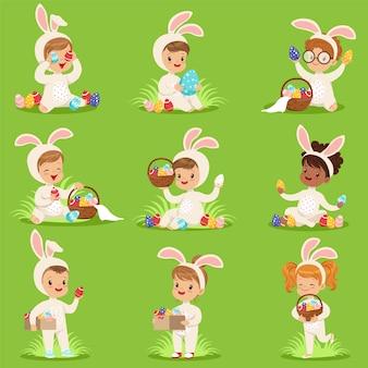 Pasen met eieren en kinderen in konijntjeskostuums