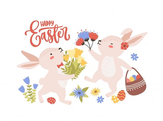 Pasen wenskaartsjabloon met paar leuke grappige konijntjes of konijnen verzamelen lentebloemen en eieren en vakantie belettering handgeschreven met cursief lettertype. flat cartoon illustratie.
