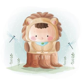 Pasgeboren babyjongen in leeuwenkostuum