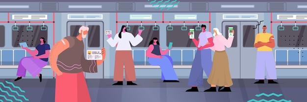 Passagier in metro die digitale immuniteitspaspoorten op smartphoneschermen gebruikt zonder risico covid-19 pcr-certificaat