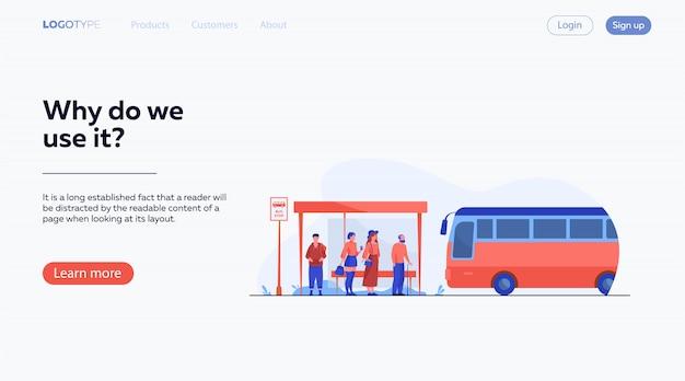 Passagiers wachten op openbaar vervoer bij bushalte