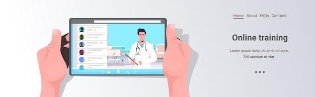 Patiënt bespreken met mannelijke arts in tabletscherm online overleg gezondheidszorg geneeskunde medisch advies concept kopie ruimte horizontaal