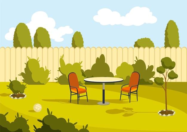 Patio gebied. zonnige achtertuin met groen gazon, schutting en bomen.