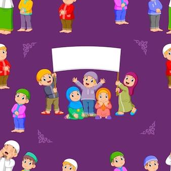 Patroon van kinderen staan en houden een leeg bordje
