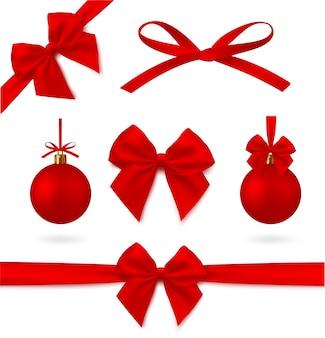 Perfecte rode realistische set decoraties. kerstbal, lint en boog. mogelijkheid om gemakkelijk van kleur te veranderen. .