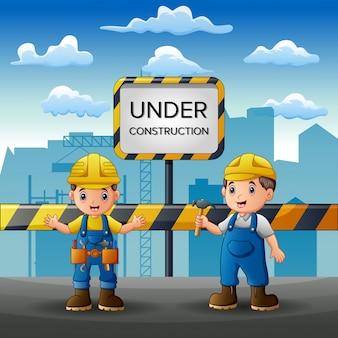 Personeel dat aan de bouw met achtergrond van de stad werkt
