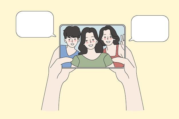 Persoonsgesprek tijdens videogesprek op pad met vrienden