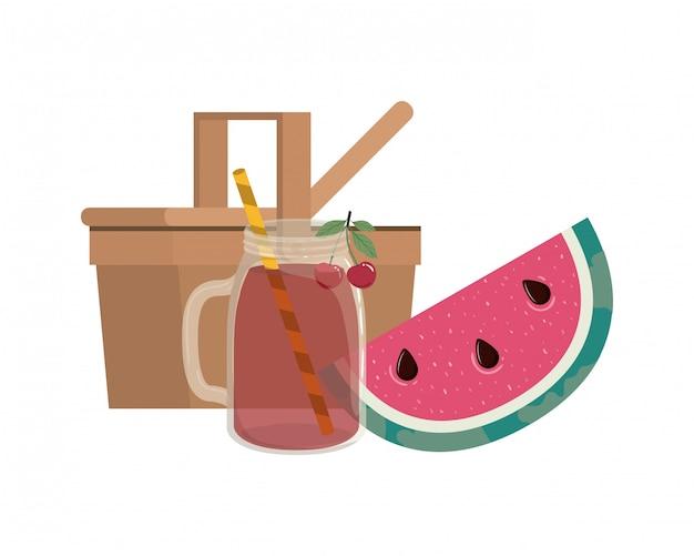 Picknickmand met verfrissend drankje voor de zomer
