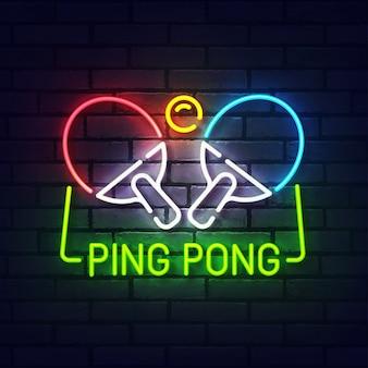 Ping pong neonreclame. gloeiend neonlicht uithangbord van tafeltennis. teken van pingpong met kleurrijke neonlichten die op bakstenen muur worden geïsoleerd.