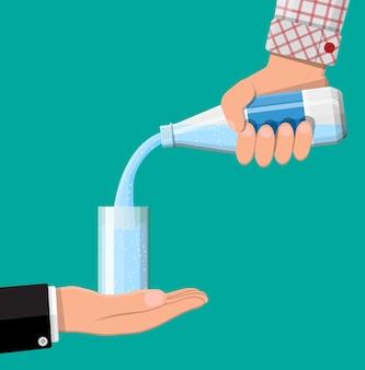 Plastic fles in de hand en glas vers zuiver mineraalwater