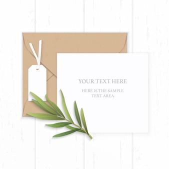 Plat lag bovenaanzicht elegante witte compositie papier bruin kraft envelop tag en dragon blad op houten achtergrond.
