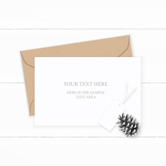 Plat lag bovenaanzicht elegante witte samenstelling brief kraftpapier envelop dennenappel en label op houten achtergrond.