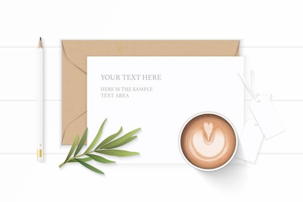 Plat lag bovenaanzicht elegante witte samenstelling brief kraftpapier envelop dragon blad tags en potlood koffie op houten achtergrond.