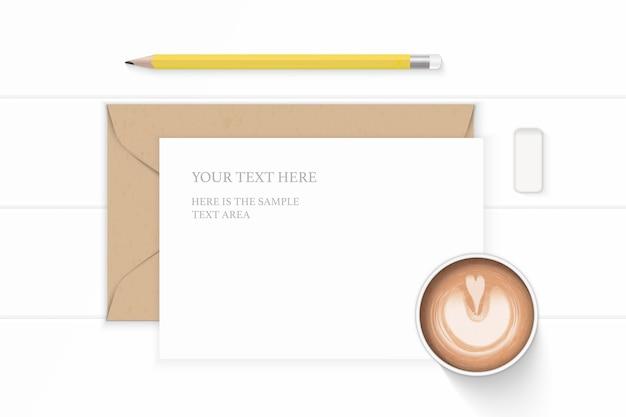 Plat lag bovenaanzicht elegante witte samenstelling brief kraftpapier envelop geel potlood gum en koffie op houten achtergrond.
