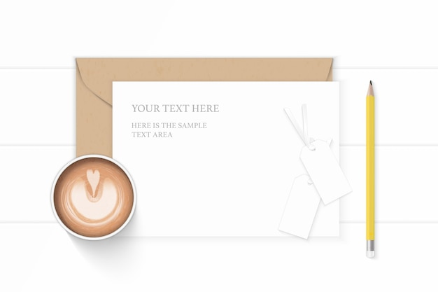 Plat lag bovenaanzicht elegante witte samenstelling brief kraftpapier envelop geel potlood koffie en tags op houten achtergrond.