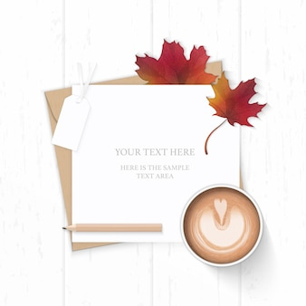 Plat lag bovenaanzicht elegante witte samenstelling brief kraftpapier envelop herfst esdoornblad potlood-tag en koffie op houten achtergrond.