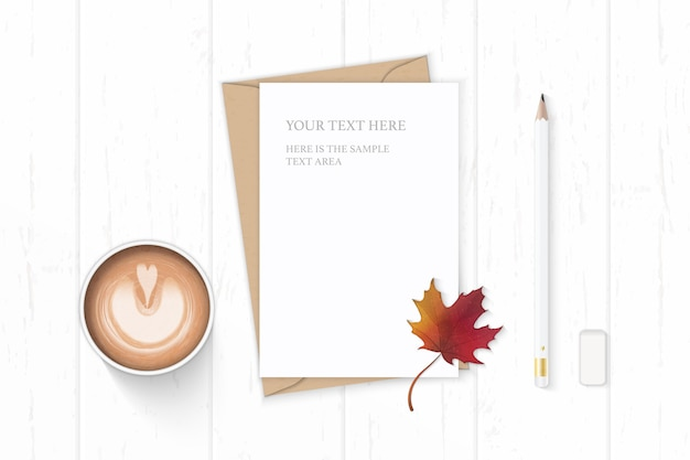 Plat lag bovenaanzicht elegante witte samenstelling brief kraftpapier envelop koffie potlood herfst esdoornblad en gum op houten achtergrond.