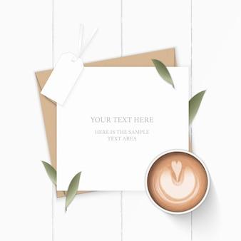 Plat lag bovenaanzicht elegante witte samenstelling brief kraftpapier envelop natuur blad tag en koffie op houten achtergrond.
