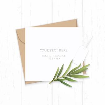 Plat lag bovenaanzicht elegante witte samenstelling brief kraftpapier envelop natuur dragon blad en label op houten achtergrond.