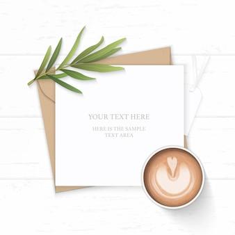 Plat lag bovenaanzicht elegante witte samenstelling brief kraftpapier envelop natuur dragon blad tag en koffie op houten achtergrond.