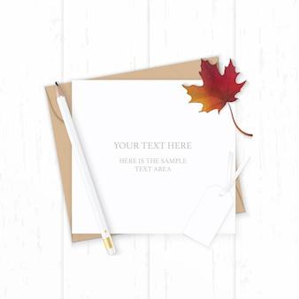 Plat lag bovenaanzicht elegante witte samenstelling brief kraftpapier envelop natuur herfst esdoornblad potlood en label op houten achtergrond.