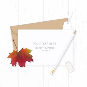Plat lag bovenaanzicht elegante witte samenstelling brief kraftpapier envelop potlood gum herfst esdoornblad en label op houten achtergrond.