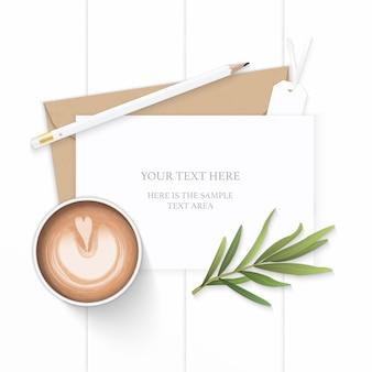 Plat lag bovenaanzicht elegante witte samenstelling brief kraftpapier envelop potlood gum koffie dragon blad en label op houten achtergrond.