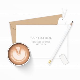 Plat lag bovenaanzicht elegante witte samenstelling brief kraftpapier envelop potlood gum koffie en label op houten achtergrond.