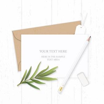 Plat lag bovenaanzicht elegante witte samenstelling brief kraftpapier envelop potlood gum tag en dragon blad op houten achtergrond.