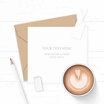 Plat lag bovenaanzicht elegante witte samenstelling brief kraftpapier envelop potlood tag gum en koffie op houten achtergrond.