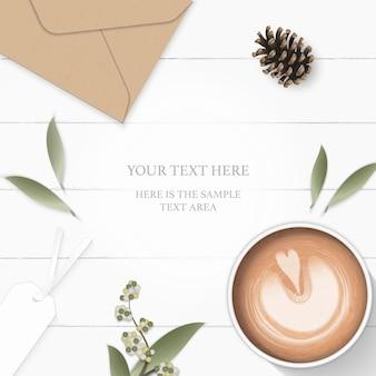 Plat lag bovenaanzicht elegante witte samenstelling papier blad bloem dennenappel kraft envelop label en koffie op houten achtergrond.