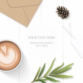 Plat lag bovenaanzicht elegante witte samenstelling papier blad bloem dennenappel kraft envelop tag dragon blad en koffie op houten achtergrond.