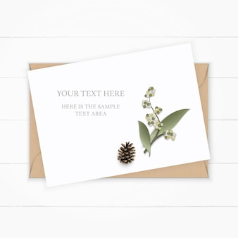 Plat lag bovenaanzicht elegante witte samenstelling papier botanische tuin plant blad bloem dennenappel op houten achtergrond.