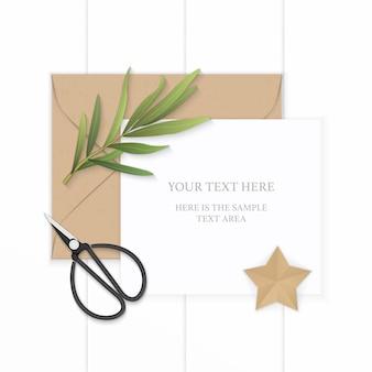 Plat lag bovenaanzicht elegante witte samenstelling papier bruin kraft envelop stervorm ambachtelijke dragon blad en metalen vintage schaar op houten achtergrond.