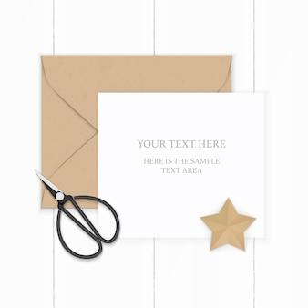 Plat lag bovenaanzicht elegante witte samenstelling papier bruin kraft envelop stervorm ambachtelijke en metalen vintage schaar op houten achtergrond.