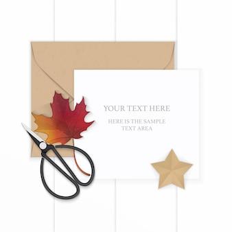 Plat lag bovenaanzicht elegante witte samenstelling papier bruin kraft envelop stervorm ambachtelijke herfst esdoornblad en metalen vintage schaar op houten achtergrond.
