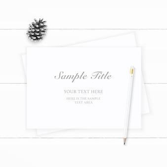 Plat lag bovenaanzicht elegante witte samenstelling papier dennenappel en potlood op houten achtergrond.