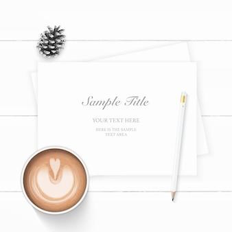 Plat lag bovenaanzicht elegante witte samenstelling papier dennenappel koffie en potlood op houten achtergrond.