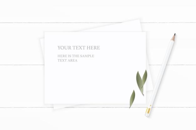 Plat lag bovenaanzicht elegante witte samenstelling papier natuur blad en potlood op houten achtergrond.