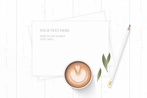 Plat lag bovenaanzicht elegante witte samenstelling papier natuur blad koffie en potlood op houten achtergrond.