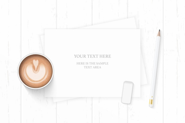 Plat lag bovenaanzicht elegante witte samenstelling papier potlood gum en koffie op houten achtergrond.