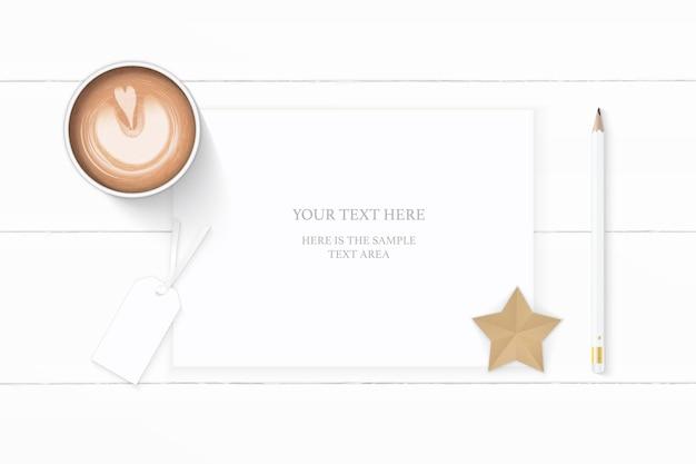 Plat lag bovenaanzicht elegante witte samenstelling papier potlood tag ster ambachtelijke en koffie op houten achtergrond.