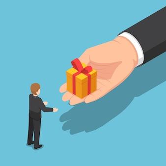 Platte 3d isometrische hand die geschenkdoos geeft aan zakenman. zakelijke vakantieviering en eindejaarsbonusconcept.