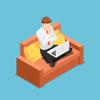 Platte 3d isometrische zakenman die denkt terwijl hij thuis op een laptop werkt