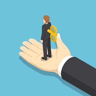 Platte 3d isometrische zakenman met opwindsleutel op zijn rug staande op gigantische hand. zaken onder controle concept.