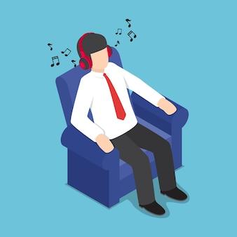 Platte 3d isometrische zakenman rusten op de bank en luisteren naar muziek uit hoofdtelefoons, ontspannen concept