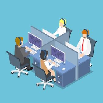 Platte 3d isometrische zakenmensen werken met headset in een callcenter en service. klantenservice en technische ondersteuning concept.