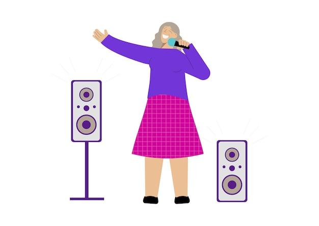 Platte compositie met gelukkige senior vrouw die in de microfoon zingt
