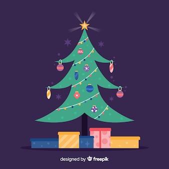 Platte kerstboom met geschenken