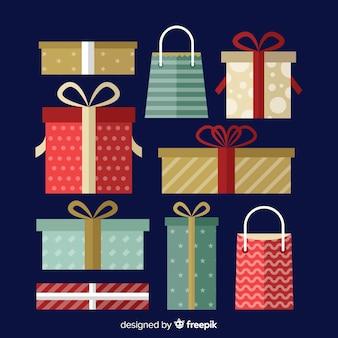 Platte kerstcadeau collectie op blauwe achtergrond